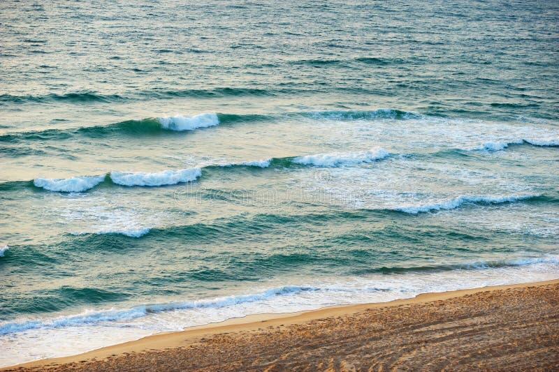 El mar en la puesta del sol imagenes de archivo