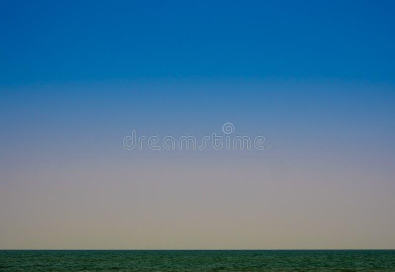 El mar es silencioso con los cielos melancólicos por la tarde fotos de archivo libres de regalías