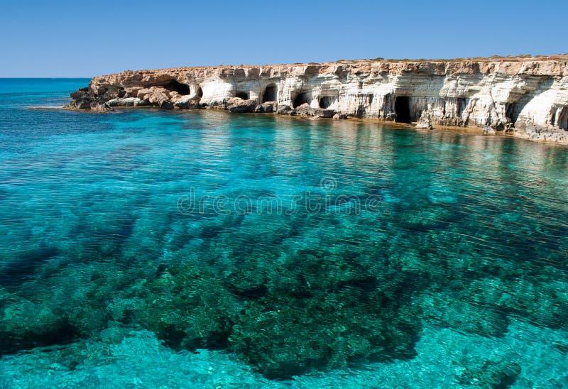 El mar excava cerca del cabo Greko imagen de archivo