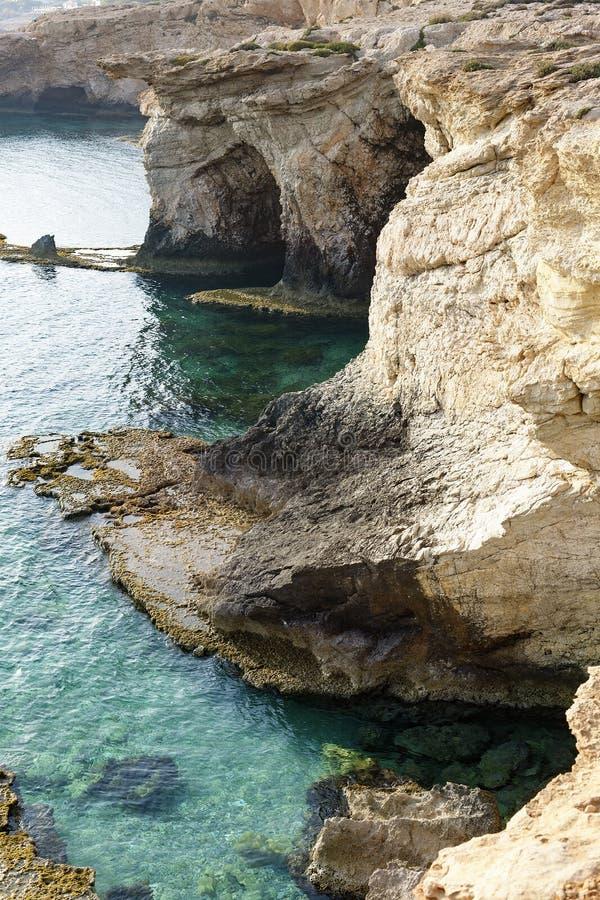 El mar excava en el agua clara del mar Mediterráneo foto de archivo