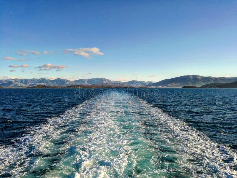 El mar Grecia agita sorprender azul de las nubes hermoso foto de archivo