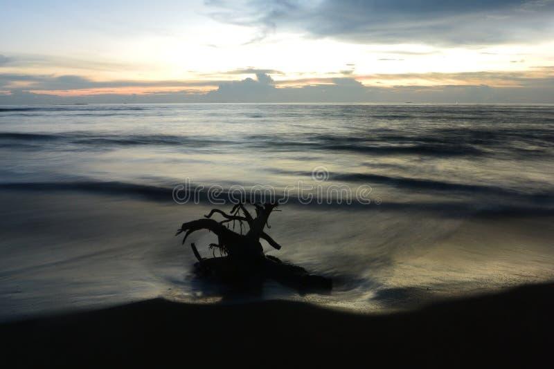 El mar hermoso de la playa de la arena del viaje de la naturaleza de la puesta del sol se nubla el momento asombroso ligero del d foto de archivo libre de regalías
