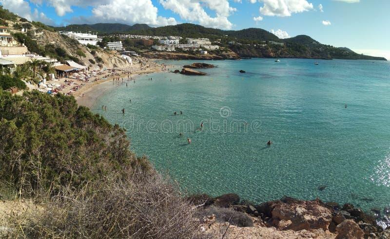 El mar hermoso del ibiza en octubre, cuando el verano está ya encima, los turistas se va pero el destino es agradable fotografía de archivo