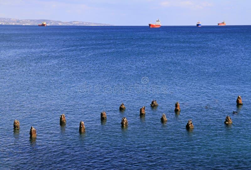 El mar Mediterráneo con la opinión distante sobre varios envía foto de archivo libre de regalías
