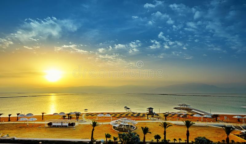 El mar muerto, es un lago de sal que confina Jordania al norte, e Israel al oeste fotografía de archivo libre de regalías