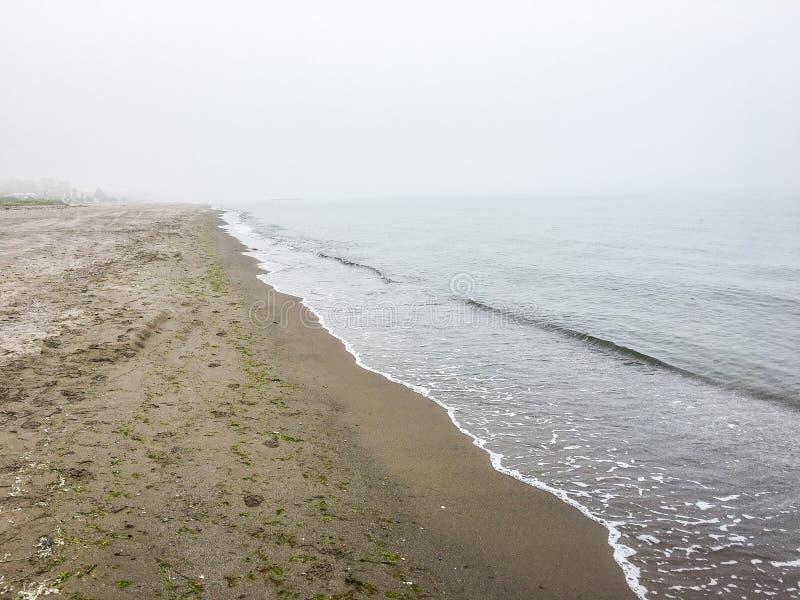 El Mar Negro en niebla de la mañana en Samsun, Turquía fotografía de archivo