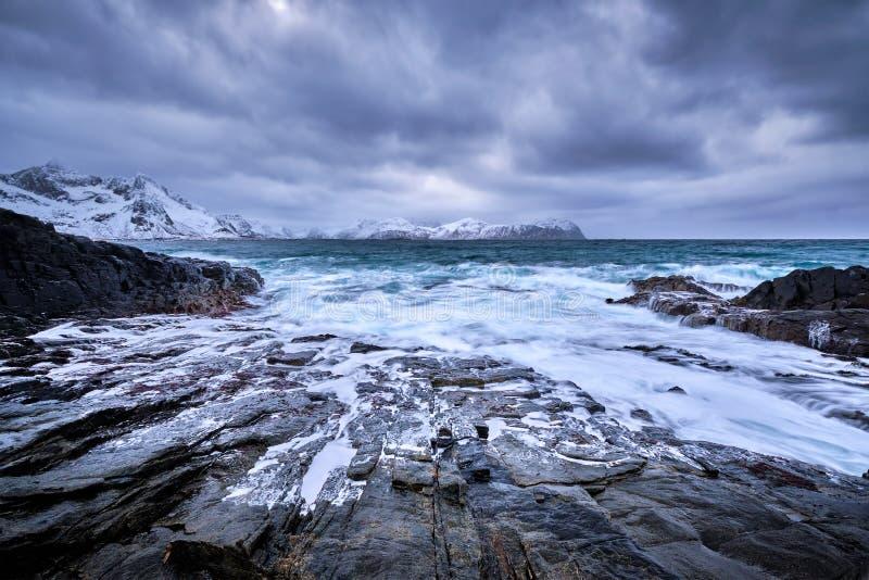 El mar noruego agita en la costa rocosa de las islas de Lofoten, Noruega fotografía de archivo libre de regalías