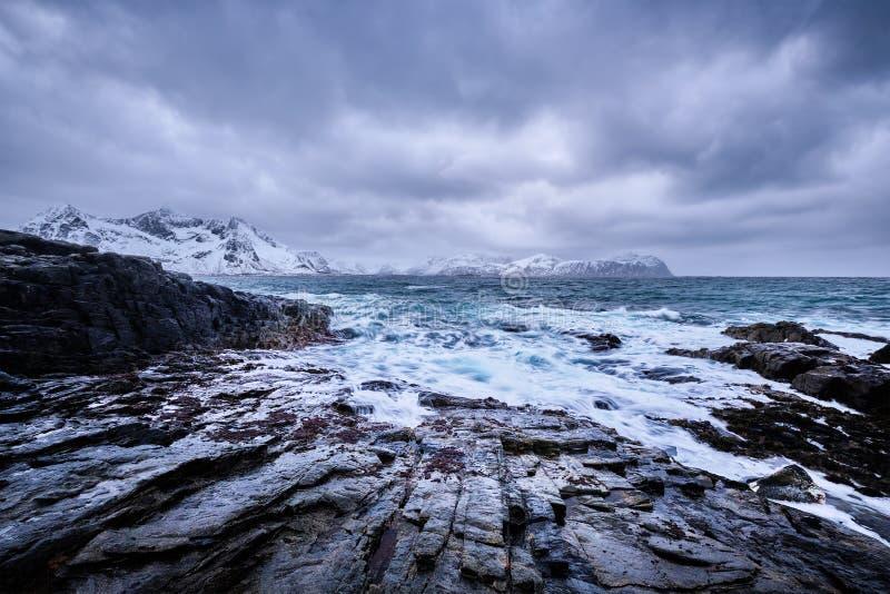 El mar noruego agita en la costa rocosa de las islas de Lofoten, Noruega foto de archivo