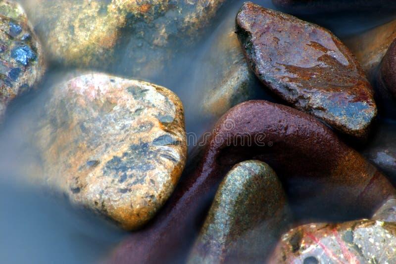 El mar resuelve los guijarros imagenes de archivo