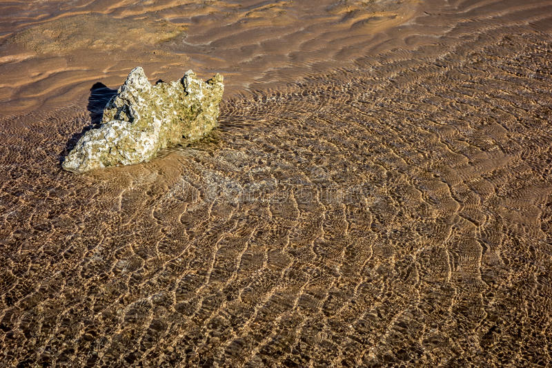 El Mar Rojo ondula la roca imagenes de archivo