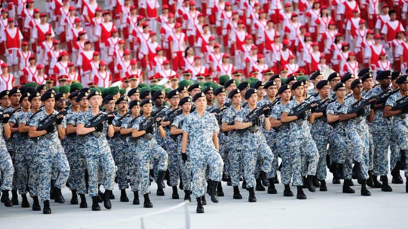 El marchar contingente de la marina de guerra durante el ensayo 2013 del desfile del día nacional (NDP) fotografía de archivo libre de regalías