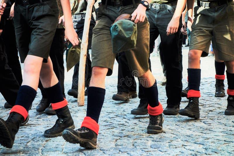 El marchar de los boy scout fotografía de archivo libre de regalías