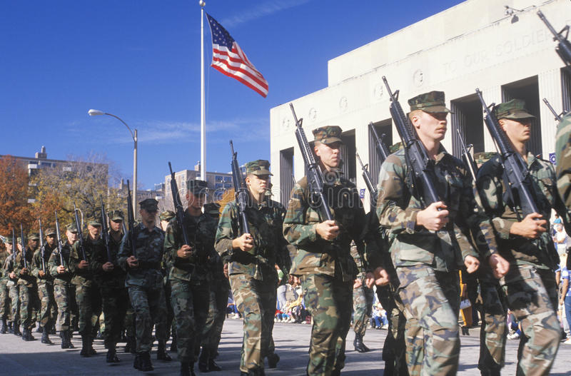 El marchar de los soldados foto de archivo libre de regalías