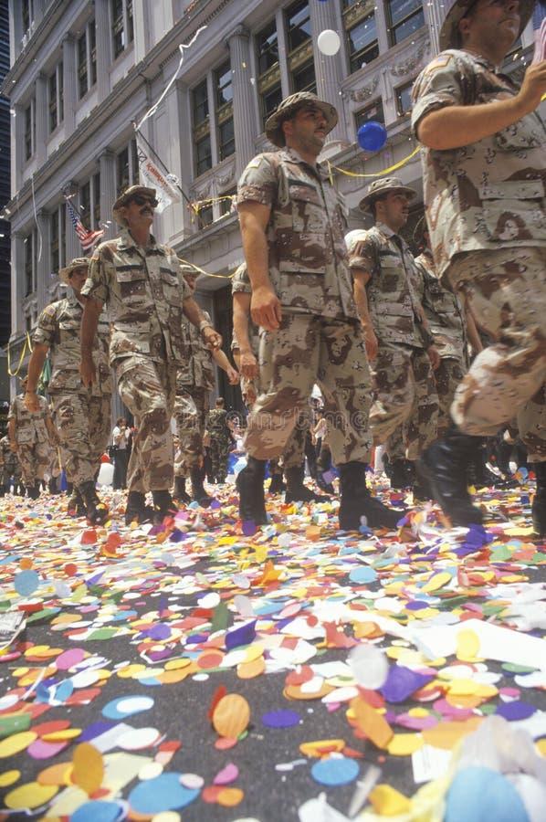 El marchar de los soldados imagenes de archivo