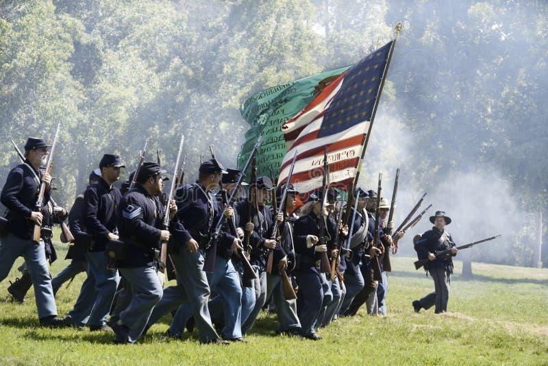 El marchar de los soldados fotos de archivo libres de regalías