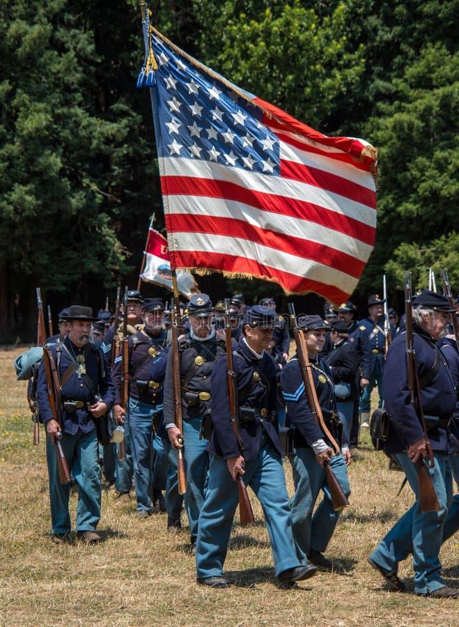 El marchar de los soldados de la unión fotos de archivo libres de regalías