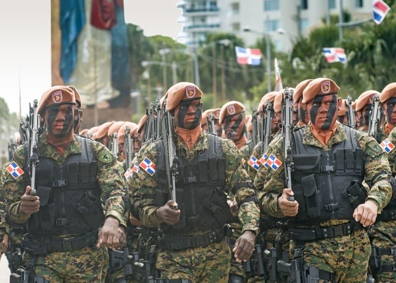 El marchar dominicano de los soldados imágenes de archivo libres de regalías