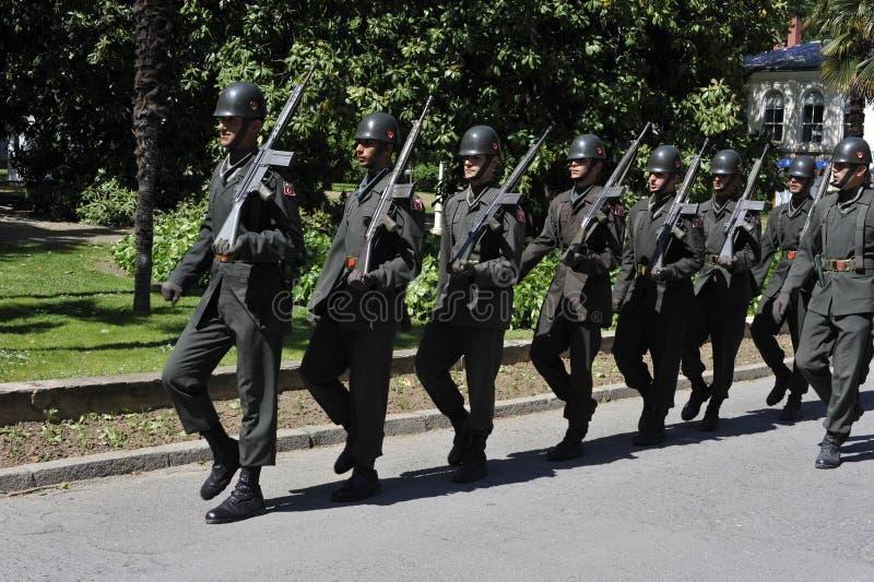 El marchar turco de los soldados imagen de archivo