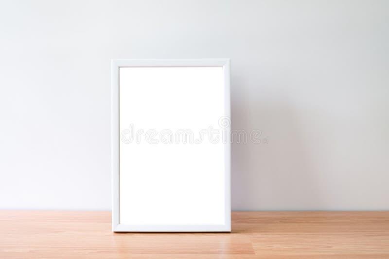 El marco ascendente falso de la foto del retrato encendido woodden la tabla imagenes de archivo