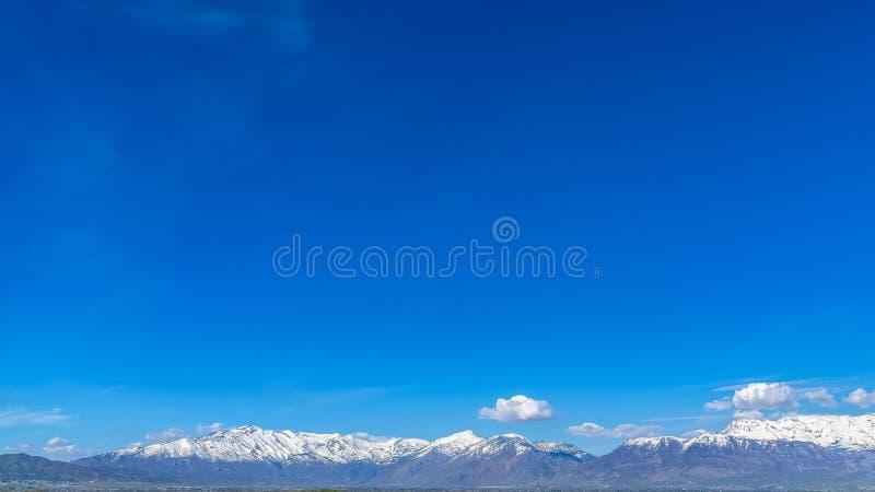 El marco Brown del panorama se chiba en la orilla de un lago que refleje el cielo azul en un día soleado fotos de archivo libres de regalías