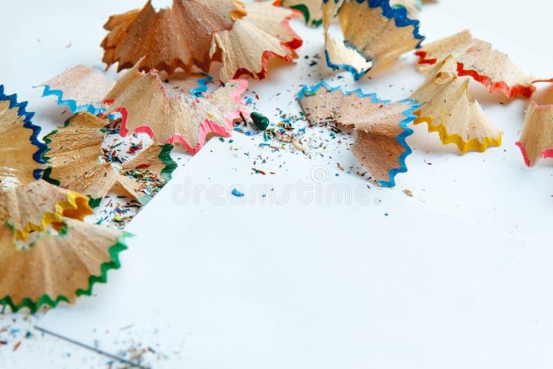 El marco creativo hizo de las virutas a del lápiz del color en un Libro Blanco imágenes de archivo libres de regalías