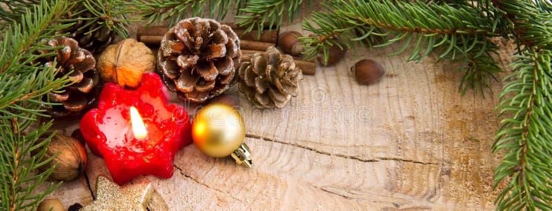 El marco de la Navidad adornado con el abeto rojo del und de la vela del advenimiento ramifica foto de archivo libre de regalías