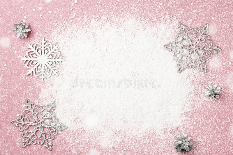 El marco de la Navidad rosada de la cereza y del Año Nuevo de la nieve y de la plata nieva imagenes de archivo