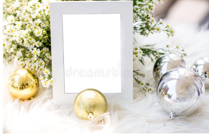 El marco gris de lujo en blanco de la foto con el tema casero de la Navidad de la decoración para añade el texto fotos de archivo libres de regalías