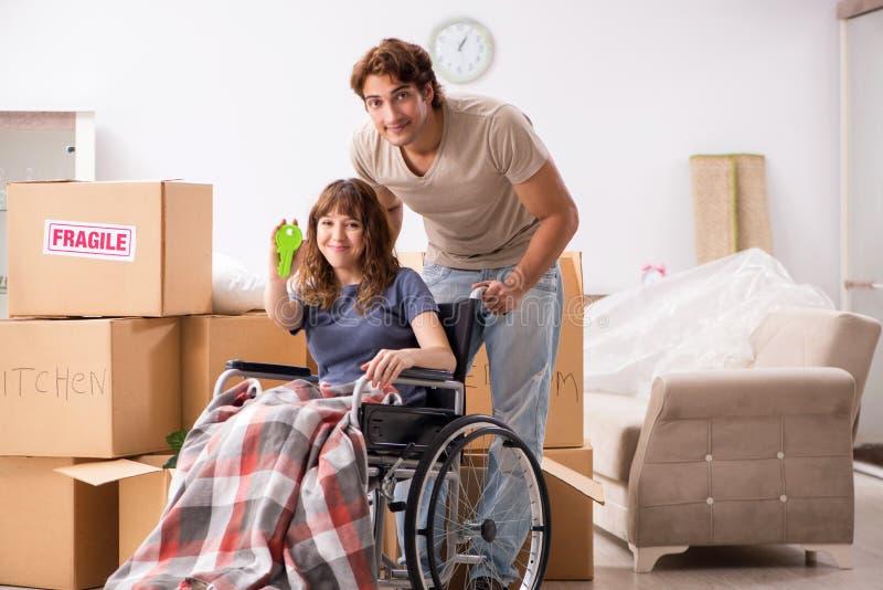 El marido con la esposa discapacitada que se mueve al nuevo plano fotos de archivo