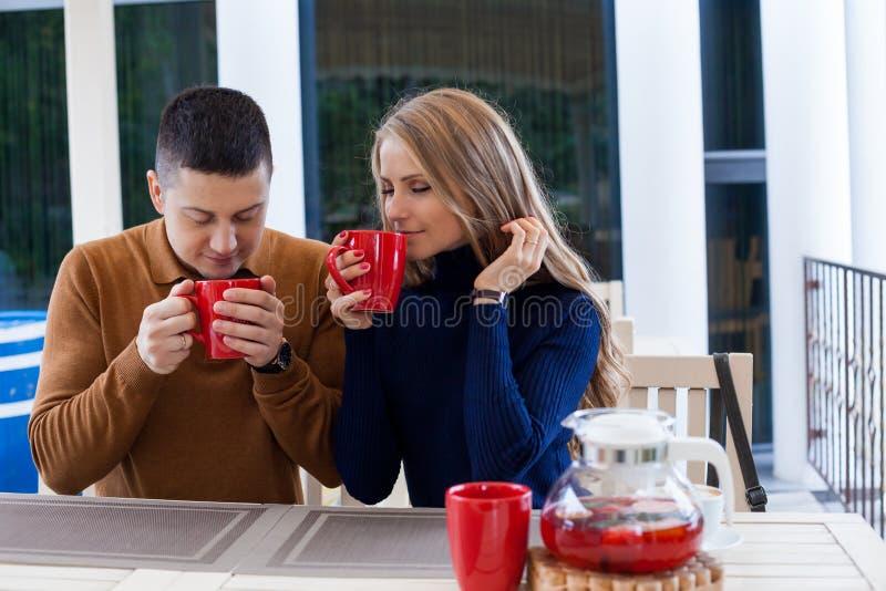 El marido y la esposa el día de fiesta beben té del café del chocolate caliente imágenes de archivo libres de regalías