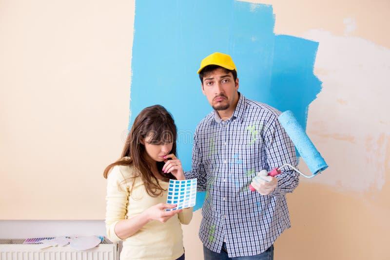 El marido y la esposa que hacen la renovación en casa fotografía de archivo