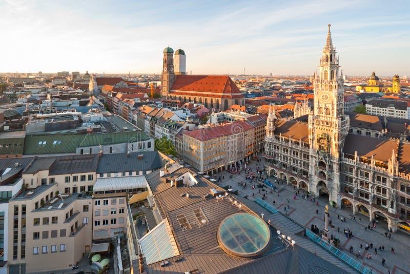 El Marienplatz y el Frauenkirche foto de archivo libre de regalías