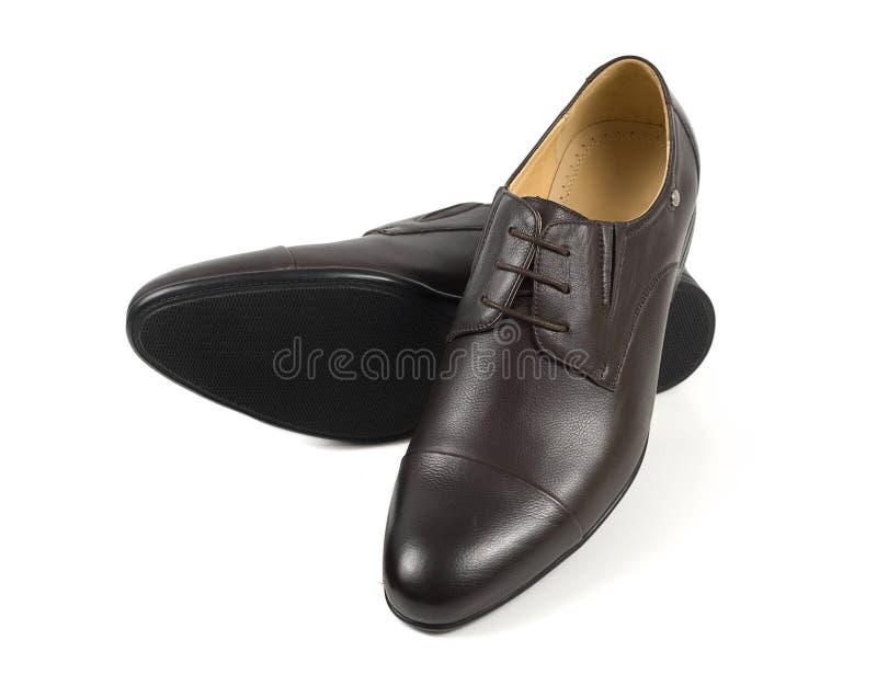 El marrón clásico sirve los zapatos de cuero handcrafted aislados en blanco imagenes de archivo