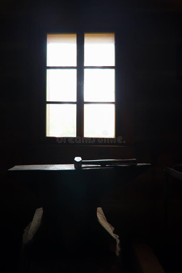 El martillo del herrero en el yunque imagen de archivo libre de regalías