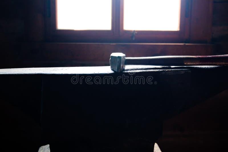 El martillo del herrero en el yunque fotografía de archivo