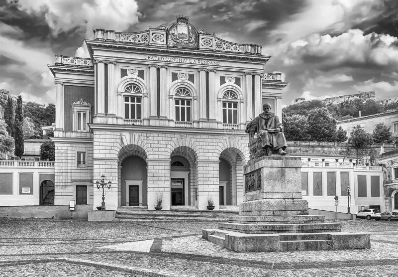 El marzo icónico de la plaza XV, ciudad vieja de Cosenza, Italia fotos de archivo