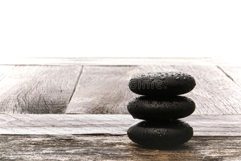 El masaje mojado pulido empiedra el mojón en la madera del vintage imágenes de archivo libres de regalías