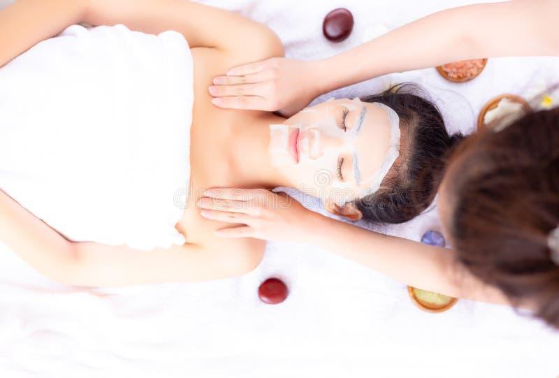 El masajista está dando masajes en hombro hermoso del cliente durante encanto imagen de archivo libre de regalías