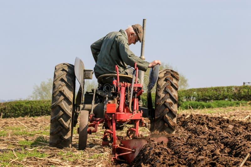 El massey gris viejo fergusen el tractor en el partido de arado fotografía de archivo libre de regalías