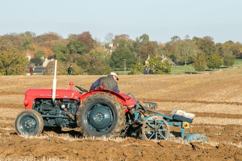 El massey rojo viejo fergusen el tractor en el partido de arado imágenes de archivo libres de regalías