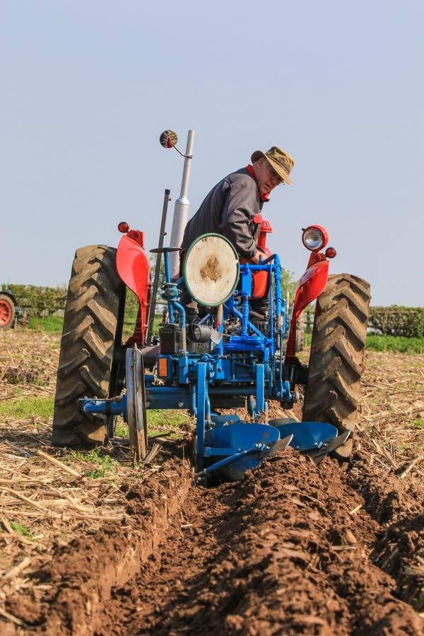 El massey rojo viejo fergusen el tractor en el partido de arado fotos de archivo