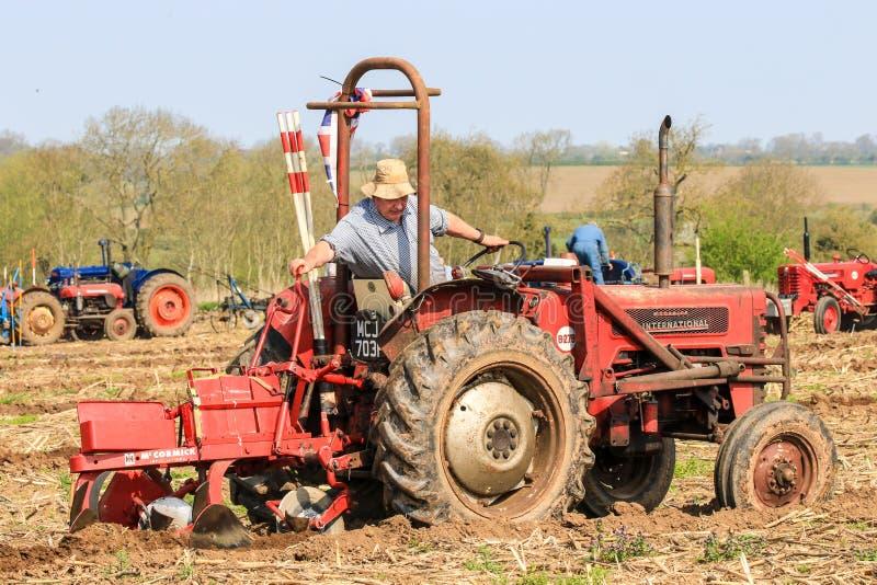 El massey rojo viejo fergusen el tractor en el partido de arado fotos de archivo libres de regalías
