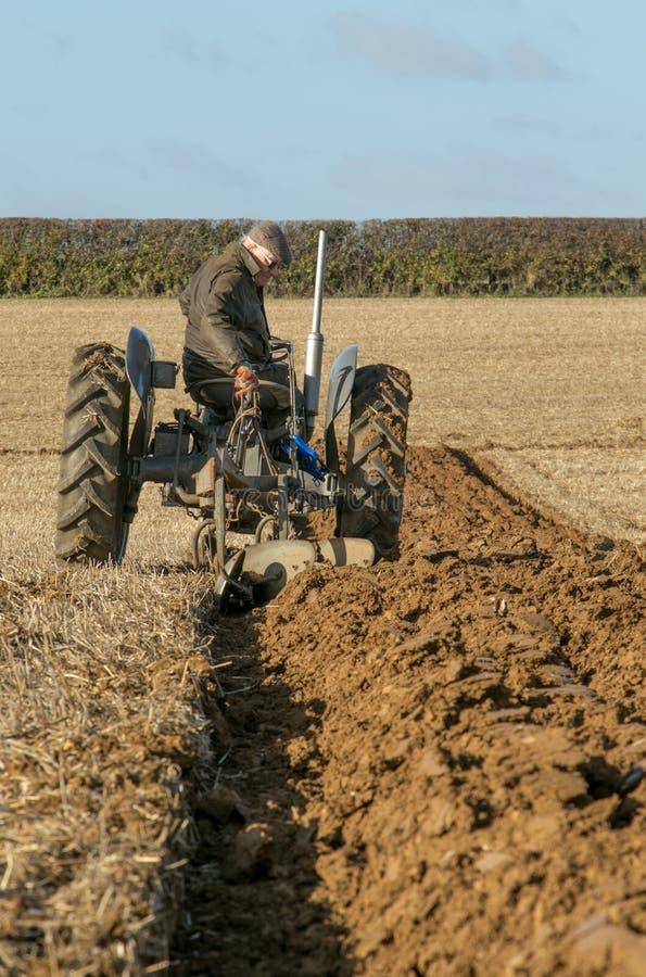 El massey viejo fergusen el tractor en el partido de arado imagen de archivo