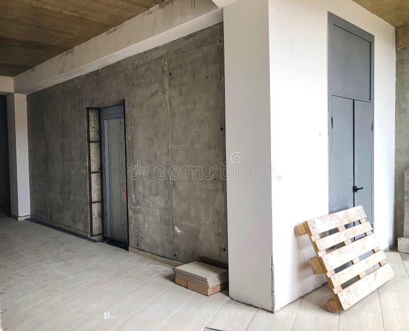 El material para las reparaciones en un apartamento está bajo construcción que remodela la reconstrucción y la renovación fotografía de archivo libre de regalías