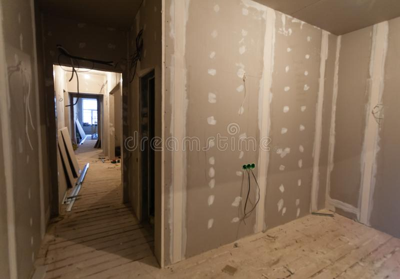 El material para las reparaciones en un apartamento está bajo la construcción, el remodelado, la reconstrucción y renovación imagenes de archivo