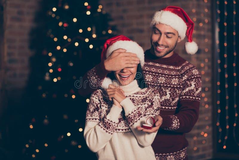 El matrimonio propone concepto Hombre hermoso en cierre del suéter del ornamento imagen de archivo libre de regalías