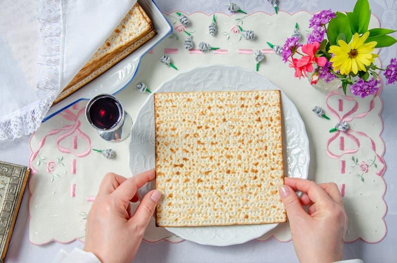El Matzah está en una placa en la tabla de Pesach foto de archivo libre de regalías