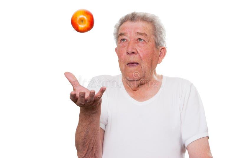 El mayor come sano la fruta imagen de archivo libre de regalías