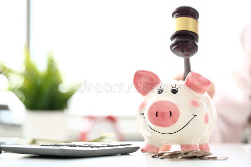 El mazo amenaza al piggybank divertido a tiempo de dificultades financieras grandes fotos de archivo