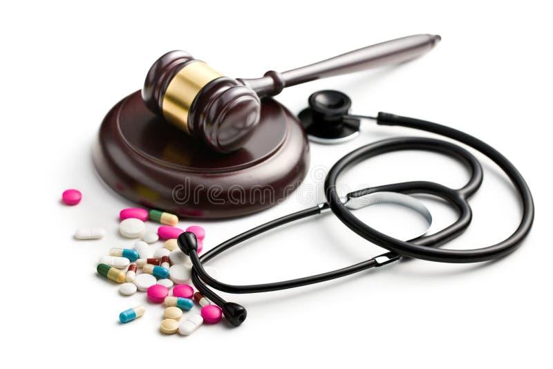 El mazo del juez con el estetoscopio y las píldoras fotos de archivo libres de regalías